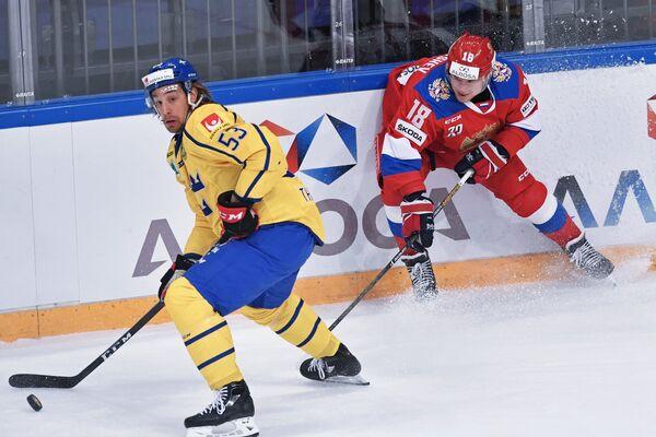 Форварды сборной Швеции Андреас Турессон (слева) и сборной России Дмитрий Кугрышев