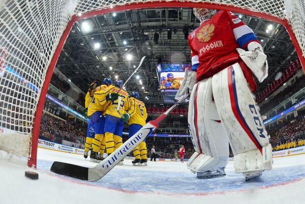 Вратарь сборной России Илья Сорокин (справа) и хоккеисты сборной Швеции