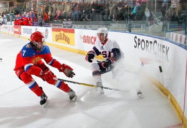 Игровой момент матча Мирового кубка вызова между юниорскими сборными России и США