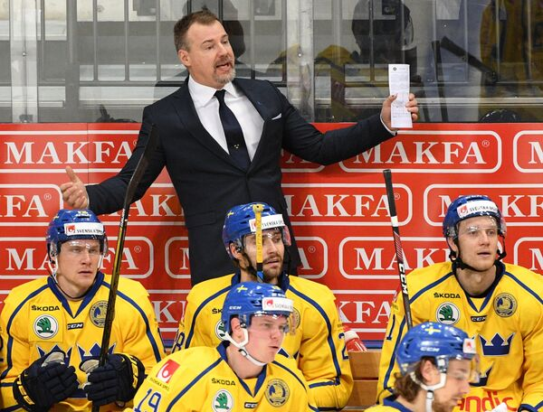 Главный тренер сборной Швеции Рикард Грёнборг (на втором плане)