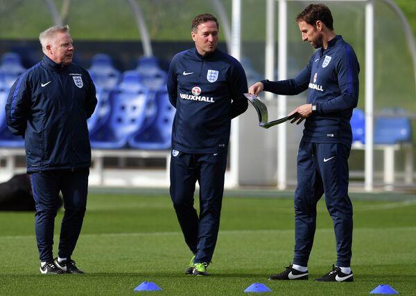 Главный тренер сборной Англии по футболу Гарет Саутгейт и его помощники Стив Холланд и Сэмми Ли (справа налево)