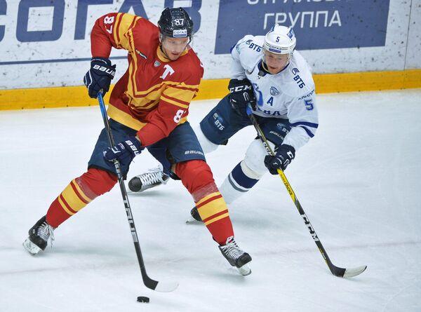 Защитник ХК Динамо Илья Никулин и нападающий ХК Торпeдо Евгений Грачёв (слева)
