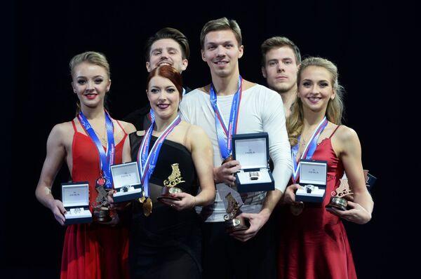 Александра Степанова и Иван Букин, Екатерина Боброва и Дмитрий Соловьев, Виктория Синицина и Никита Кацалапов (слева направо)