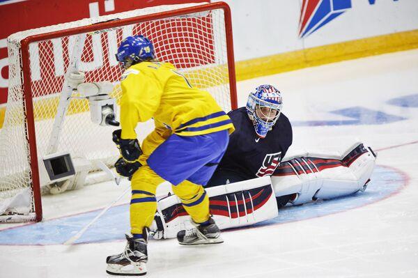 Нападающий молодежной сборной Швеции по хоккею Александр Нюландер (слева)