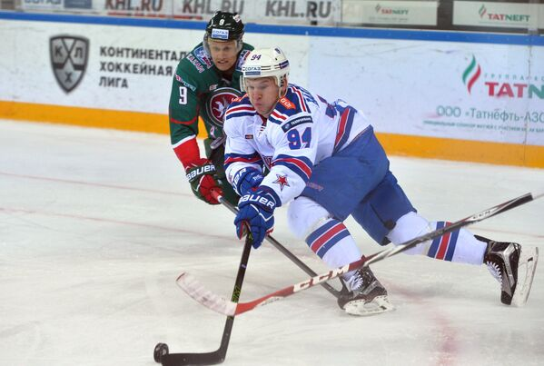 Нападающие Ак Барса Андрей Попов (слева) и СКА Александр Барабанов