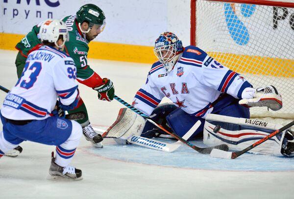 Нападающие СКА Александр Хохлачёв, Ак Барса Джастин Азеведу и вратарь СКА Микко Коскинен (слева направо)