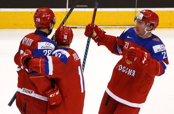 Хоккеисты сборной России защитник Егор Рыков и форварды Александр Полунин и Яков Тренин (слева направо) радуются заброшенной шайбе