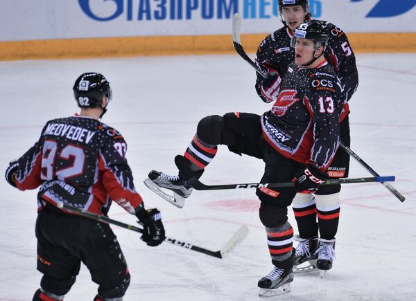 Игроки ХК Авангард Евгений Медведев и Николай Лемтюгов (слева направо)