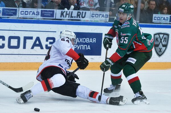 Нападающий ХК Ак Барс Владимир Ткачёв (справа) и защитник ХК Трактор Николай Белов