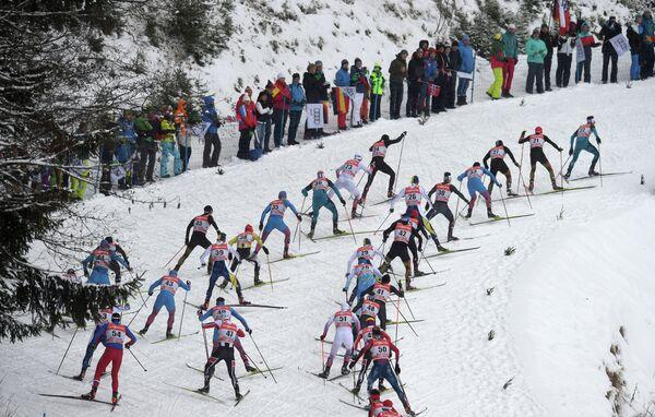 Лыжники на дистанции гонки преследования в рамках Тур де Ски