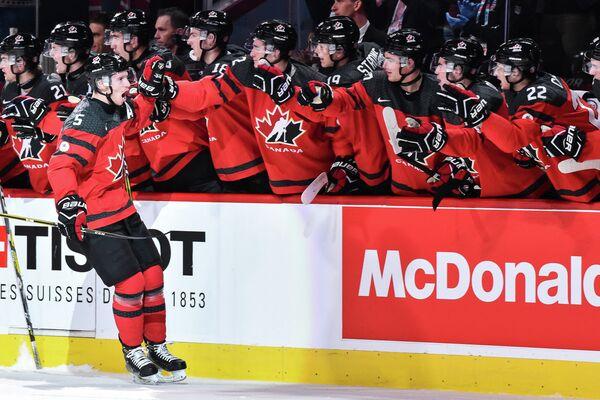 Защитник сборной Канады Томас Шабо (слева на первом плане) радуется забитой шайбе в ворота команды США в финале молодежного чемпионата мира