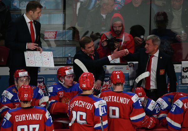 Главный тренер молодежной сборной России Валерий Брагин (в центре) дает указания игрокам своей команды