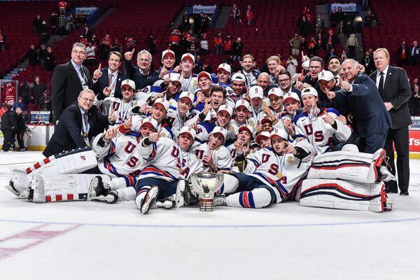 Хоккеисты молодежной сборной США после победы на чемпионате мира