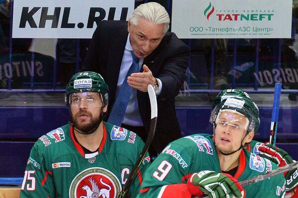 Главный тренер Ак Барса Зинэтула Билялетдинов (в центре)