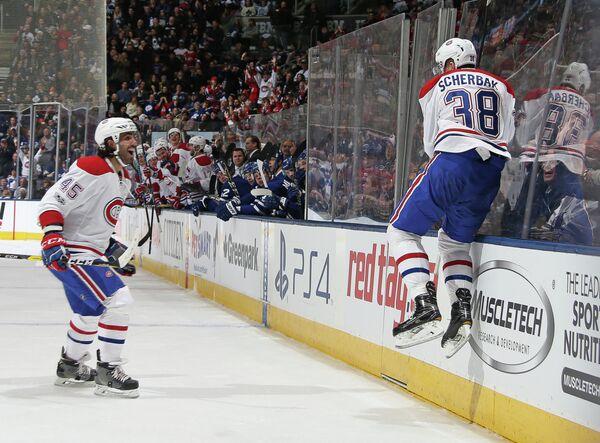Хоккеисты Монреаля Марк Барберио и Никита Щербак (справа) радуются заброшенной шайбе