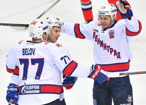 Форвард СКА Евгений Дадонов (справа)