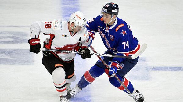 Нападающий ХК СКА Николай Прохоркин (справа) и форвард ХК Авангард Илья Зубов