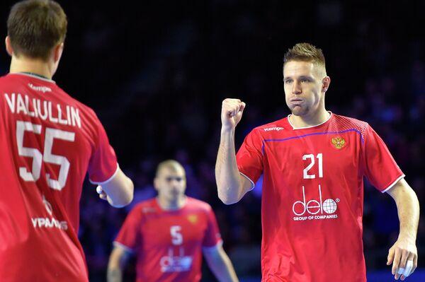 Гандболисты сборной России Азат Валиуллин и Глеб Калараш (слева направо)