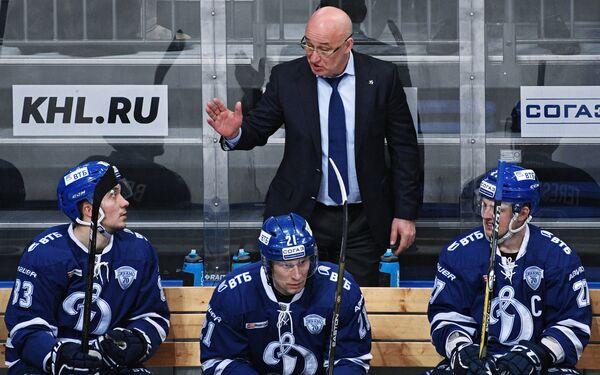 Главный тренер ХК Динамо Сергей Орешкин и хоккеисты клуба