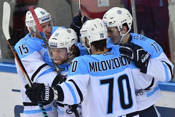 Хоккеисты Сибири Георгий Мишарин, Зак Бойчак, Егор Миловзоров и Константин Окулов (слева направо) радуются заброшенной шайбе