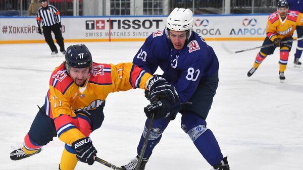 Нападающие Химика Вячеслав Ипатов (слева) и Динамо Дмитрий Сидляров