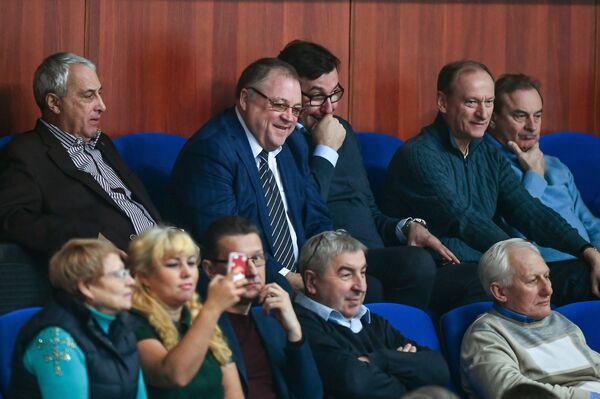 Главный тренер и президент Белогорья Геннадий Шипулин (второй слева в верхнем ряду)