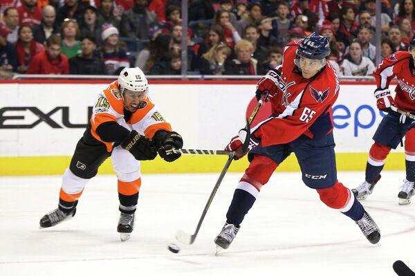Нападающий клуба НХЛ Вашингтон Кэпиталз Андре Бураковски (справа)