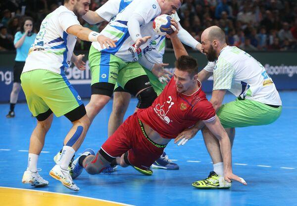 Гандболист сборной России Глеб Калараш (в центре)