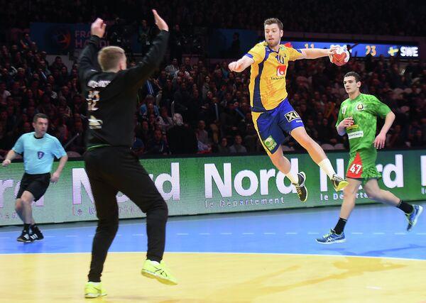 Игровой момент матча чемпионата мира по гандболу между сборными Белоруссии и Швеции