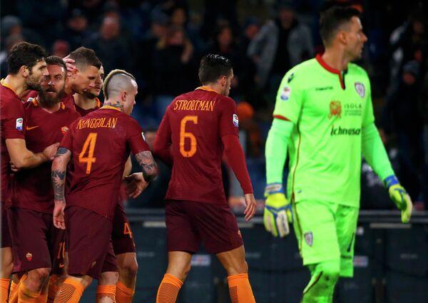 Футболисты Ромы радуются забитому мячу