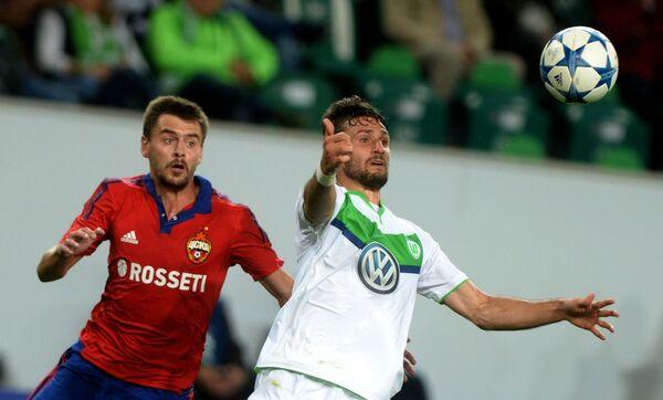 Защитник ЦСКА Георгий Щенников и полузащитник Вольфсбурга Даниэль Калиджури (слева направо)