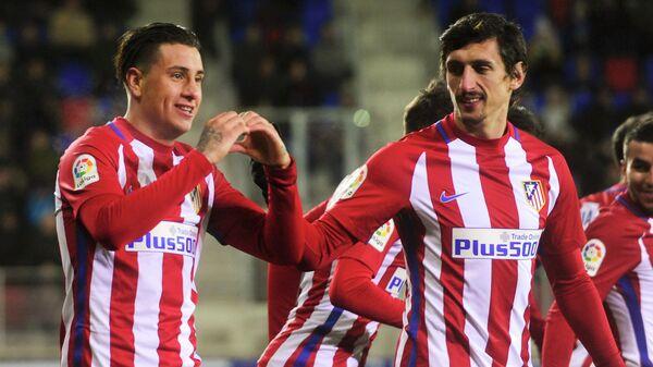 Футболисты Атлетико Хосе Мария Хименес и Стефан Савич (слева направо)