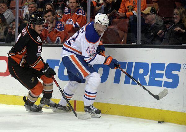 Российский нападающий клуба НХЛ Эдмонтон Ойлерз Антон Слепышев (справа)
