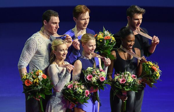 Алена Савченко и Бруно Массо, Евгения Тарасова и Владимир Морозов, Ванесса Джеймс и Морган Сипре (слева направо) во время церемонии награждения