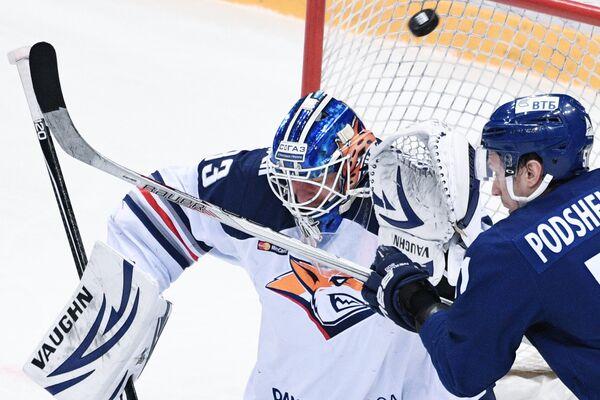 Вратарь ХК Металлург Василий Кошечкин (слева)