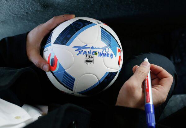 Олимпийский чемпион по дзюдо, посол ЧМ-2018 от Самары Тагир Хайбулаев оставляет автограф на мяче