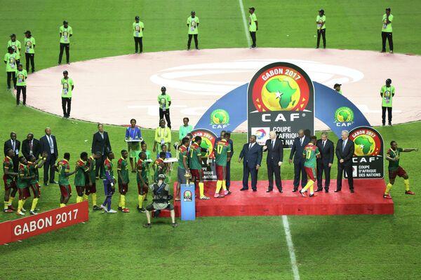 Награждение футболистов сборной Камеруна после победы в финале Кубка африканских наций-2017