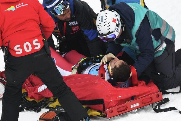 Монегасский горнолыжник Оливье Жено (на носилках), упавший во время соревнований в супергиганте на чемпионате мира в Санкт-Морице