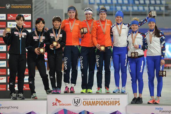 Спортсменки сборной Японии по конькобежному спорту, спортсменки сборной Нидерландов по конькобежному спорту и спортсменки сборной России по конькобежному спорту (слева направо)