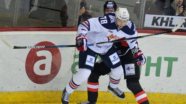 Защитник Металлурга Ярослав Хабаров (слева) и нападающий Трактора Иржи Новотны
