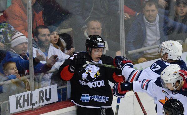 Нападающий Трактора Александр Шаров и хоккеисты Металлурга Оскар Осала и Григорий Дронов (слева направо)