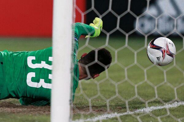 Вратарь ФК Спарта Томаш Коубек пропускает гол в матче Лиги Европы