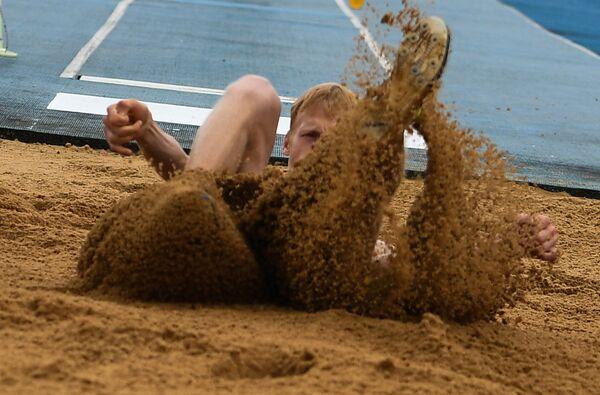 Спортсмен во время прыжков в длину