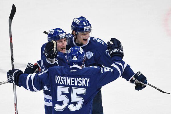Хоккеисты Динамо (Москва) Юусо Хиетанен, Дмитрий Вишневский и Максим Карпов (слева направо)