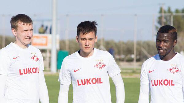 Джуниор Фэшн Сакала (справа)
