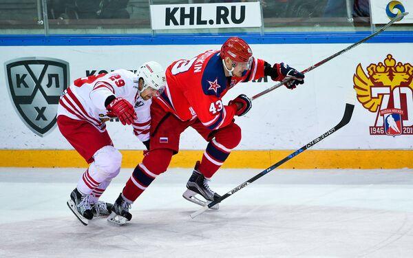 Форвард Йокерита Сакари Салминен (слева) и нападающий ЦСКА Валерий Ничушкин