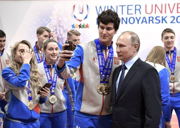 Президент РФ Владимир Путин встретился с победителями зимней универсиады 2017 года в Алма-Ате