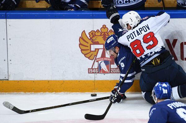 Форвард ХК Торпедо Алексей Потапов (справа)
