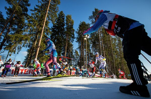 Тренер подгоняет российского лыжника во время гонки на 50 км свободным стилем на чемпионате мира по лыжным видам спорта в финском Лахти