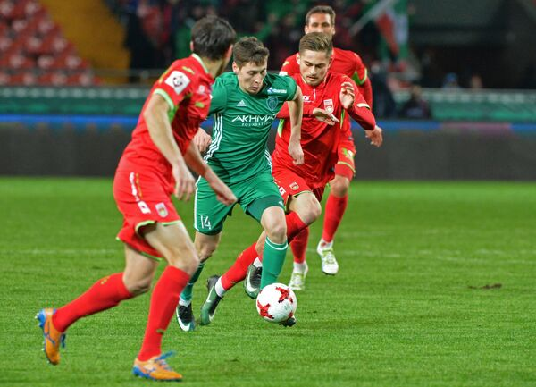 Защитник ФК Терек Далер Кузяев (в центре)
